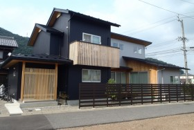 ウッドデッキから見渡せる、風通しの良い家